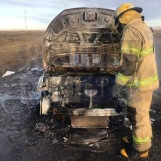 Un vehículo se prendió fuego y la destrucción fue total