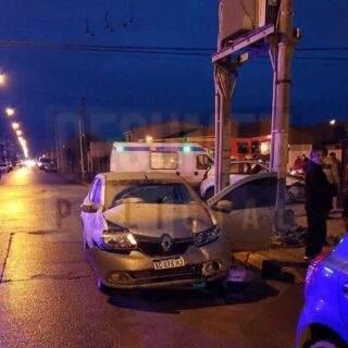 Choque entre dos vehículos y dos personas trasladadas al hospital