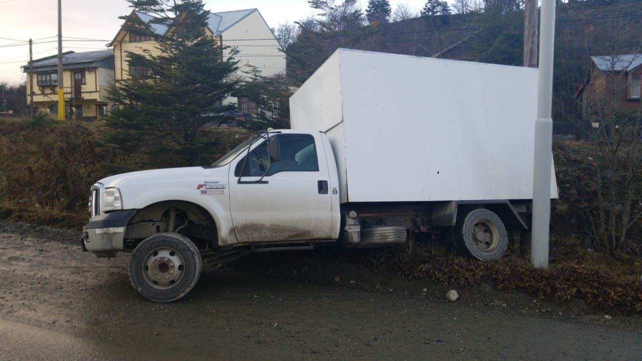 Un camión sin freno de mano, cayó una pendiente de la ciudad de Ushuaia