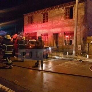 Ardió una vivienda y un anciano de una casa vecina fue hospitalizado por inhalar el humo