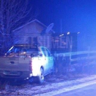Una camioneta estacionada se le soltó el cambio e impactó contra el cerco de una casa en Tolhuin
