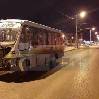 Colectivo cruzó en rojo un semáforo e impactó contra un automóvil enviando al hospital a su conductora