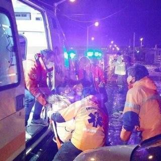 Una mujer quedó desmayada tras violenta caída en el hielo lavado de las calles de Chacra XI