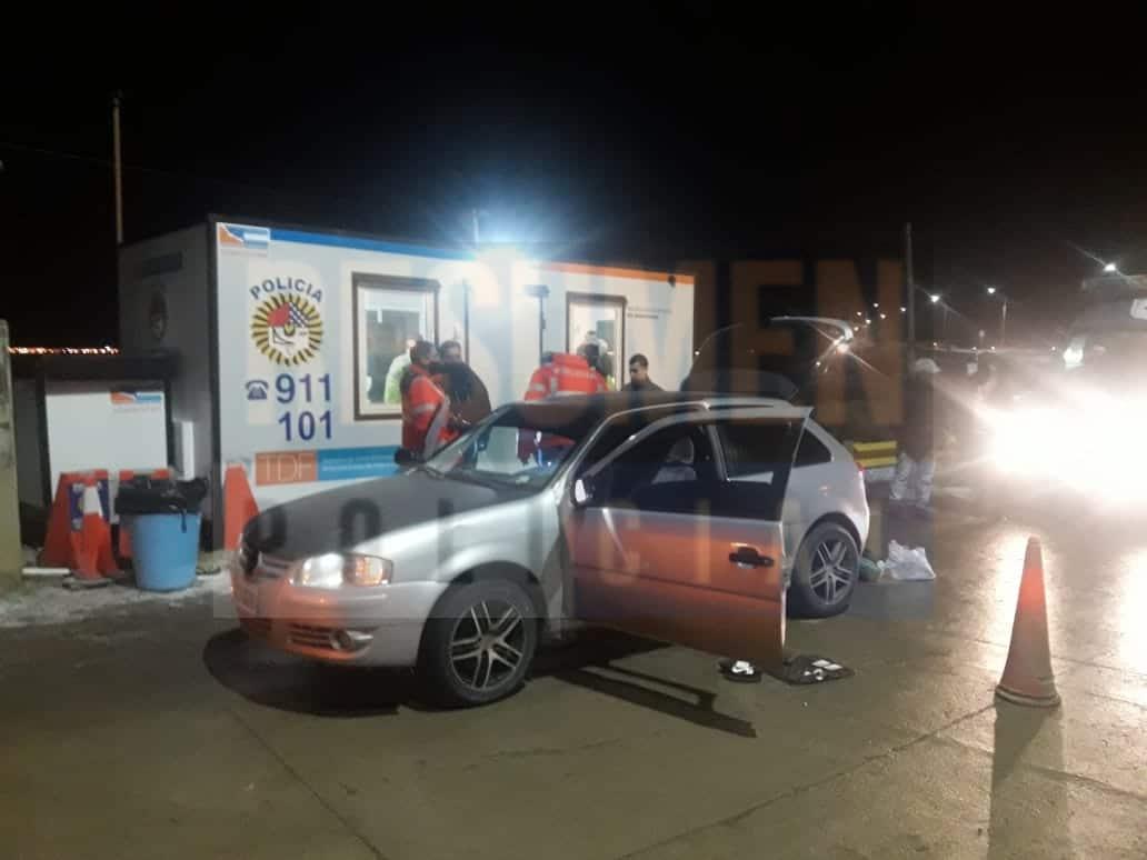 Un auto fue  demorado a la bajada del puente y en su interior encontraron un arma y drogas, hay dos detenidos