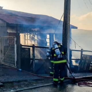 PTA. ARENAS: Al menos tres damnificados y un bombero lesionado tras voraz incendio