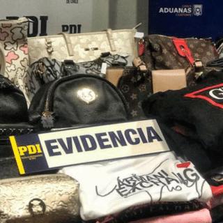 PTA. ARENAS: Incautan carteras y ropa falsificada avaluadas en más de 5 millones de pesos