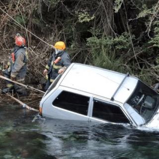 BARILOCHE: Accidente y milagro: un auto cayó en el río Correntoso