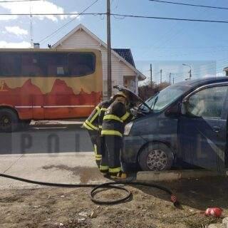Principio de incendio en el motor de una camioneta