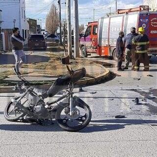 Accidente de tránsito con dos jóvenes despedidos de la motocicleta en la que circulaban