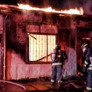 PTA. ARENAS: Incendio afectó tres inmuebles en el antiguo Barrio Sur