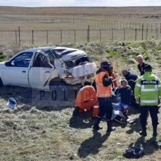 Dos hermanos fuera de peligro tras violento accidente por el fuerte viento en la ruta de circunvalación