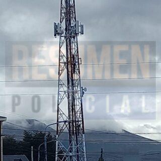 Un hombre en situación de calle se subió a una antena en Ushuaia pidiendo ayuda