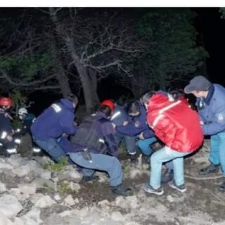"""NEUQUÉN: """"Bomberos debieron trabajar en el cerro Bandurrias para rescatar a un joven que cayó desde el mirador, falleció al llegar al hospital"""""""