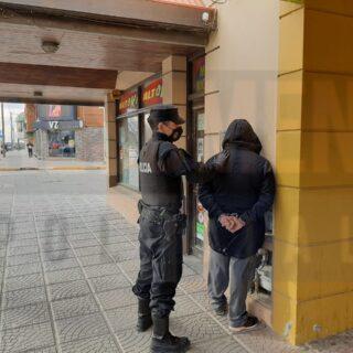 Un hombre fue atrapado mientras robaba en el interior de un kiosco