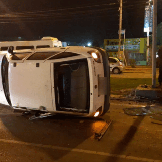 CDRO. RIVADAVIA: Manejaba borracho, chocó contra un poste y volcó en la Yrigoyen