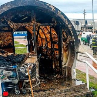 PTA. ARENAS: Incendiaron paradero sin importar que había un hombre en situación de calle en el interior